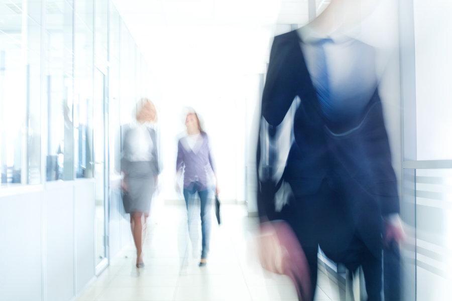 Personas caminando en pasillo sin definir